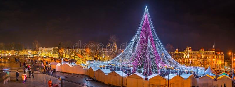 Árvore de Natal em Vilnius Lituânia em 2017, opinião do panorama fotos de stock