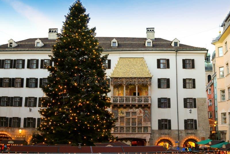 Árvore de Natal enorme na frente do telhado dourado em Áustria fotografia de stock