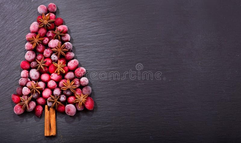 Árvore de Natal feita de arandos congelados, vista superior fotos de stock