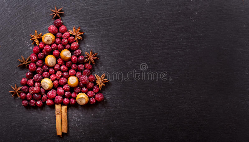 Árvore de Natal feita de arandos e de porcas secados, vista superior foto de stock
