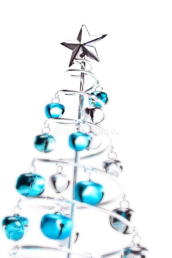 Árvore de Natal feita fora dos sinos de tinir fotografia de stock