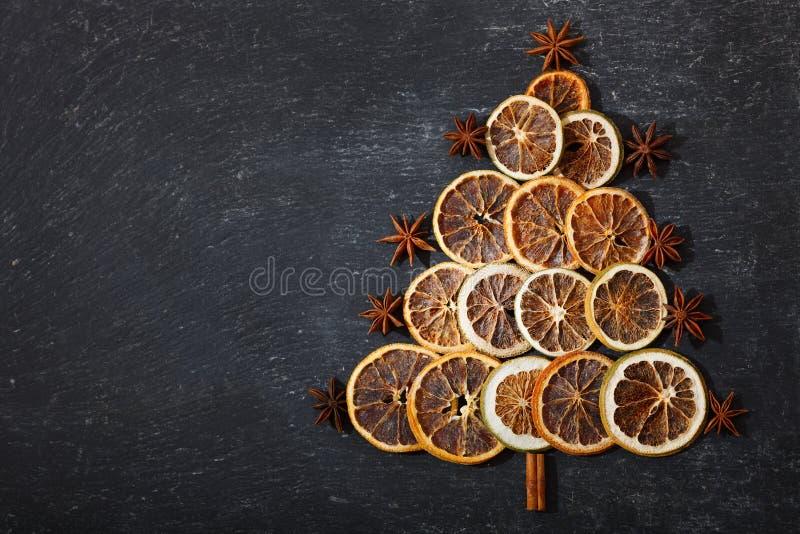 Árvore de Natal feita de frutos secados na tabela escura, vista superior com foto de stock