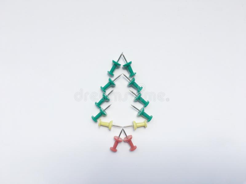 Árvore de Natal feita pelos pinos coloridos isolar-se no fundo branco fotos de stock royalty free