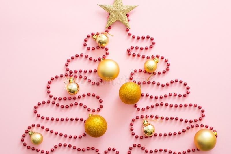 Árvore de Natal feita de terra vermelha, bauble dourado e estrela Largura plana, visão superior, sobrecarga Layout criativo do Na imagem de stock royalty free