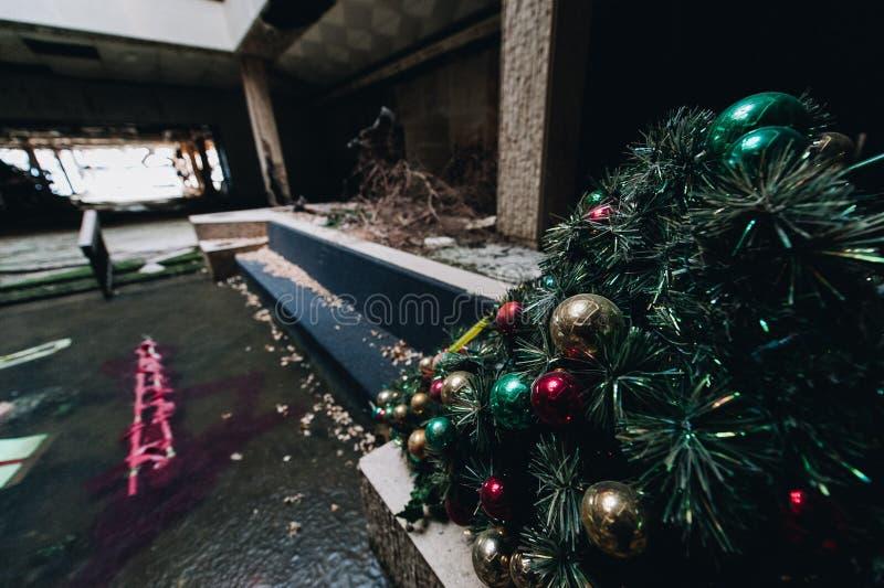A árvore de Natal/feriado Ornaments - Randall Park Mall - Cleveland abandonados, Ohio fotografia de stock royalty free