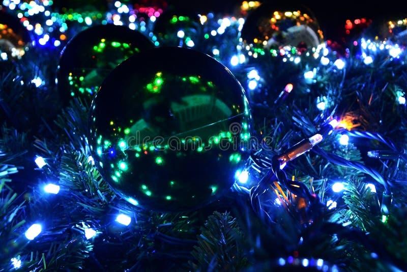 Árvore de Natal festiva decorada com as grandes bolas brilhantes e uma festão, vista inferior do close up da bola foto de stock