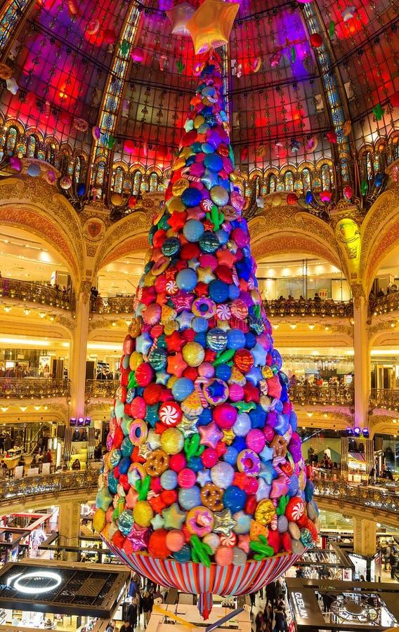 A árvore de Natal gigante dentro do armazém parisiense de Galeries Lafayette, Paris, França foto de stock