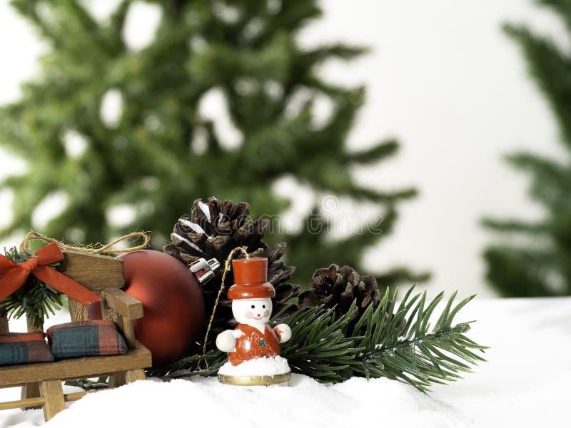 A árvore de Natal grande da composição decorada com estrelas e as bolas vermelhas bonitas comemoram o festival no fundo branco imagem de stock