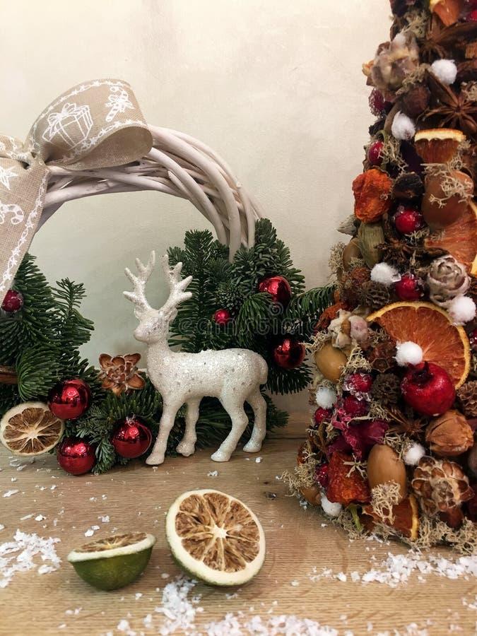 Árvore de Natal incomum feita de materiais naturais Imagem temperamental atmosférica na oficina do feriado de inverno imagem de stock
