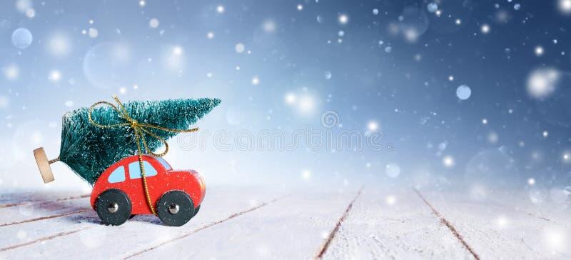 Árvore de Natal levando do carro foto de stock royalty free
