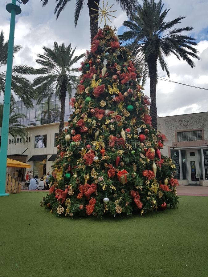 Árvore de Natal Lincoln Road Mall, praia sul Miami foto de stock