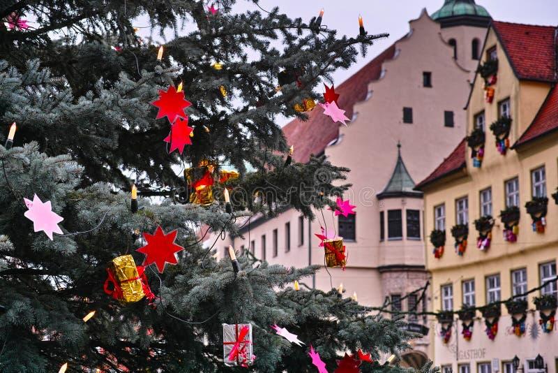 Árvore de Natal na câmara municipal histórica foto de stock royalty free