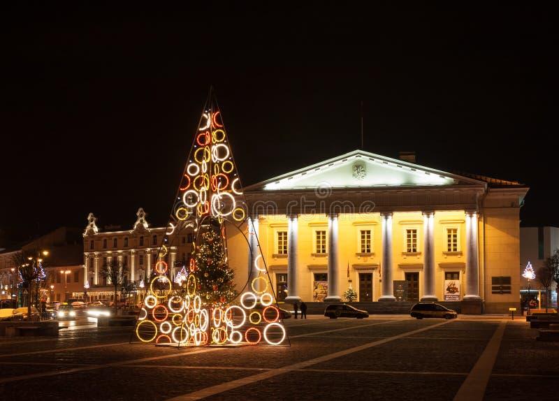 Árvore de Natal na cidade Hall Square, Vilnius, Lituânia imagem de stock royalty free