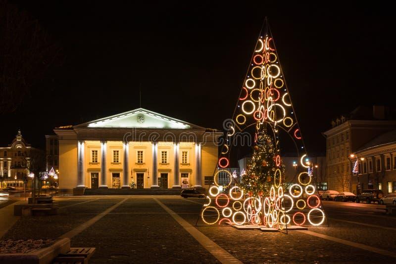 Árvore de Natal na cidade Hall Square, Vilnius, Lituânia imagens de stock royalty free