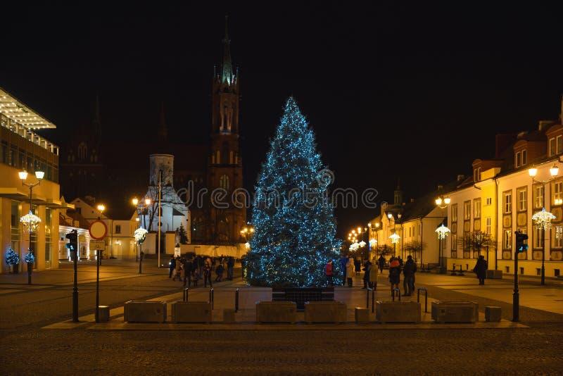 Árvore de Natal na praça principal de Kosciusko com Basilica em Bialystok, Polônia, hora de Natal, cena noturna fotografia de stock royalty free