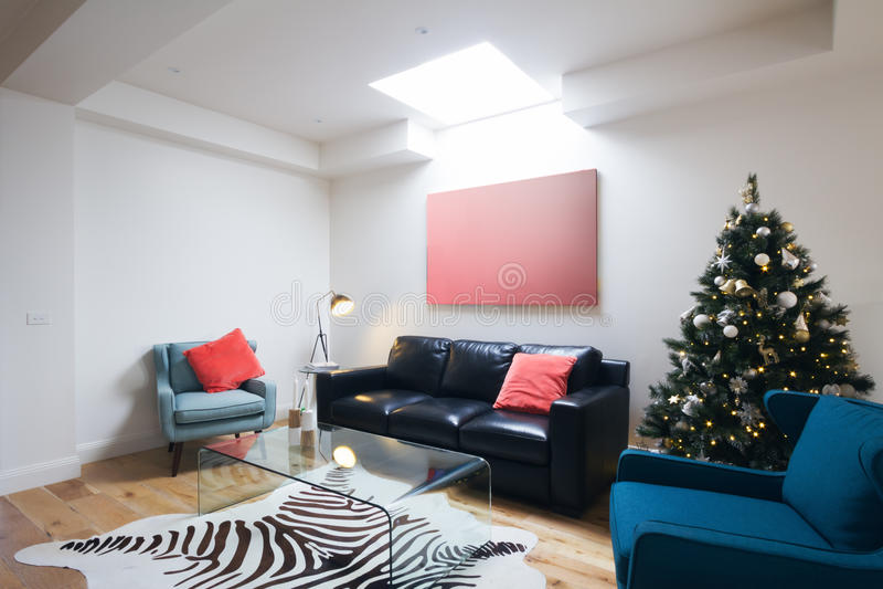 Árvore de Natal na sala de visitas contemporânea na casa australiana fotos de stock royalty free