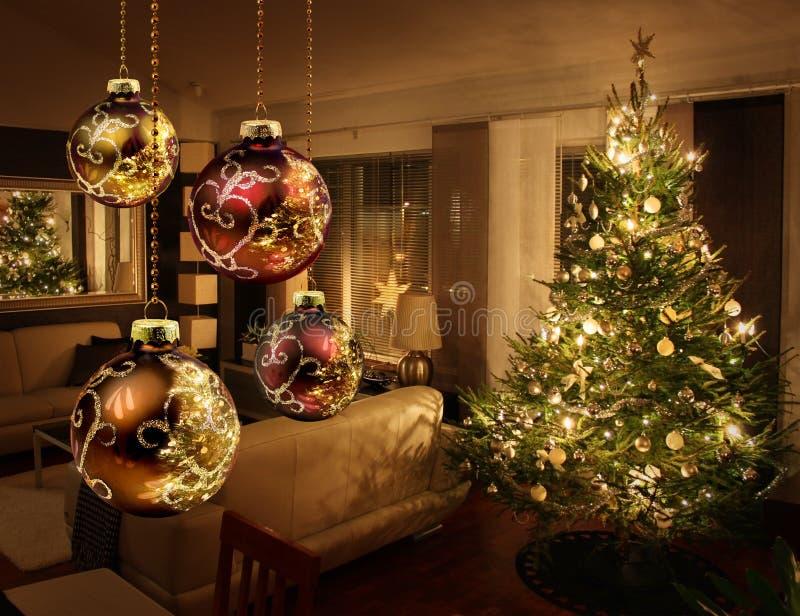 Árvore de Natal na sala de visitas moderna imagem de stock
