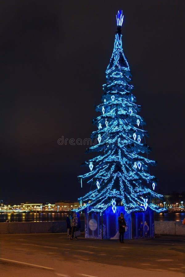Árvore de Natal na terraplenagem de Admiralty na noite St Petersburg, Rússia foto de stock