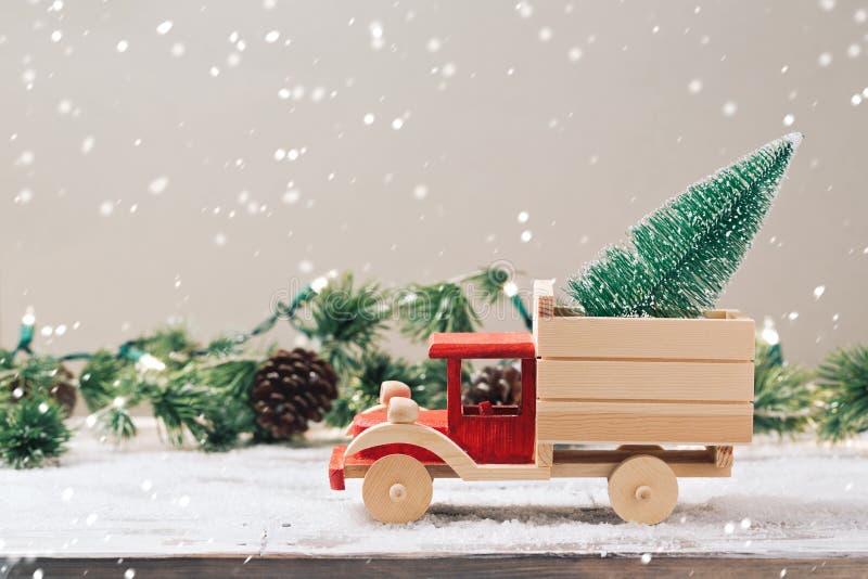 Árvore de Natal no caminhão do brinquedo imagem de stock