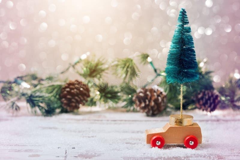 Árvore de Natal no carro do brinquedo sobre o fundo festivo Celebração do feriado do Natal fotografia de stock