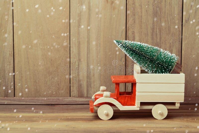 Árvore de Natal no carro do caminhão do brinquedo Conceito do feriado do Natal imagens de stock royalty free