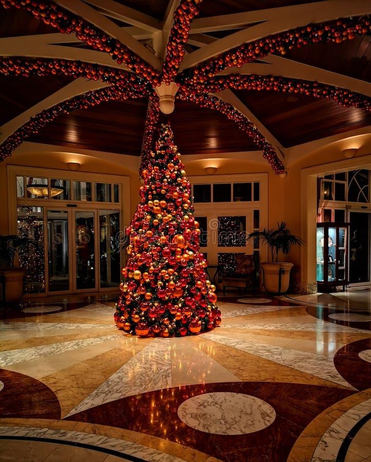 Árvore de Natal no hotel extravagante foto de stock royalty free