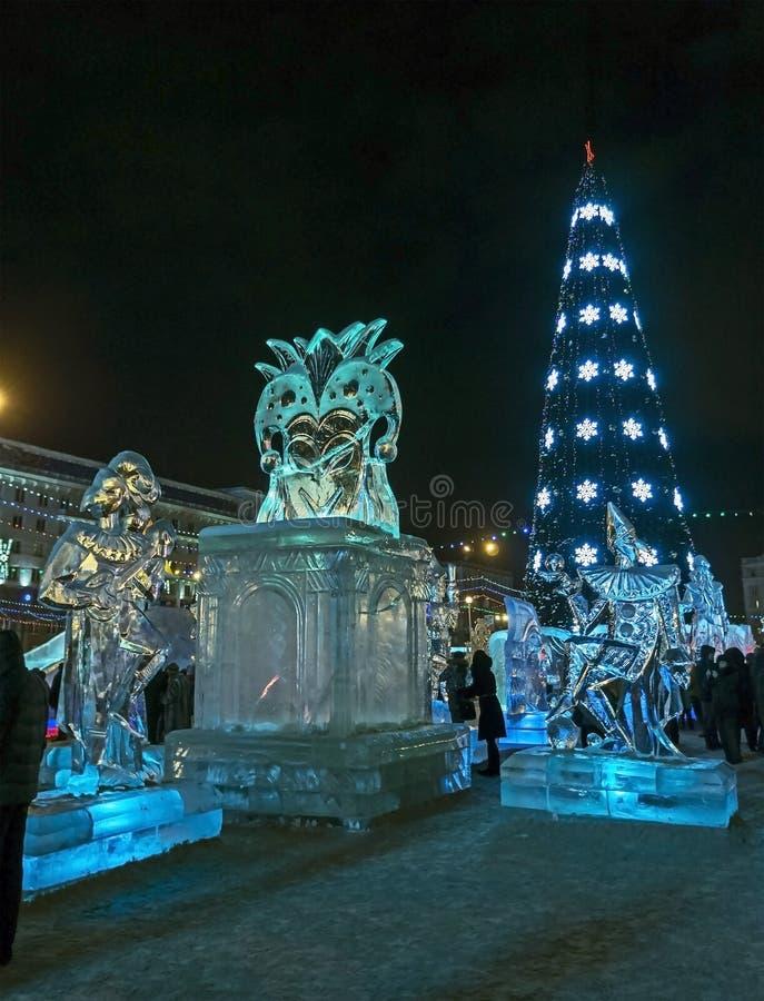 Árvore de Natal no quadrado de cidade na noite foto de stock