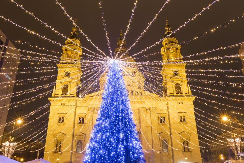 Árvore de Natal no quadrado da basílica de St Stephen, Budapest, Hunga fotografia de stock