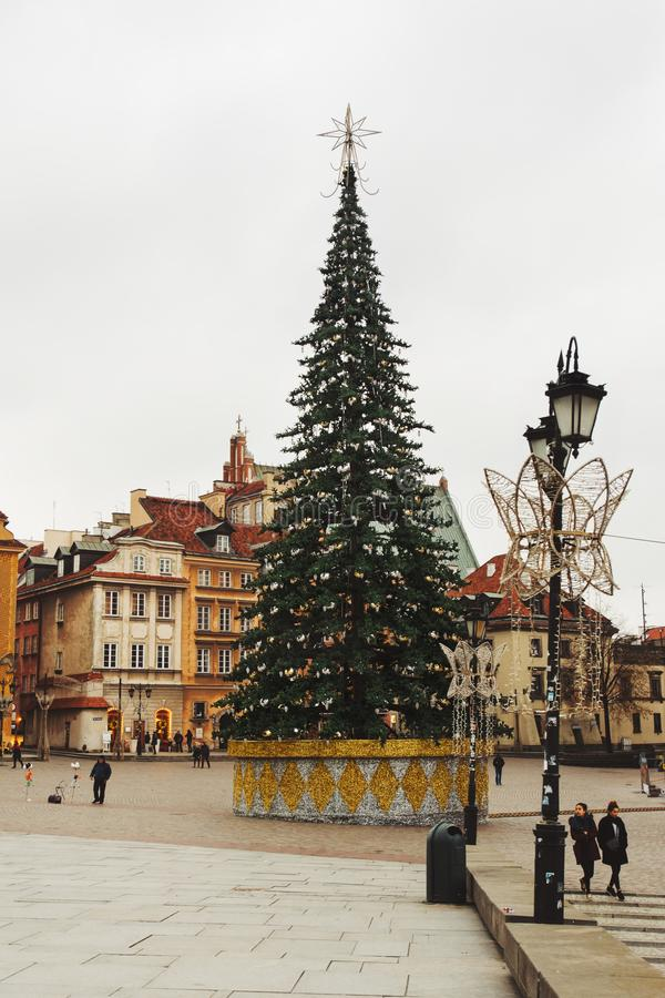 Árvore de Natal no quadrado do castelo Olhar fixo Miasto de Plac Zamkowy WA fotos de stock