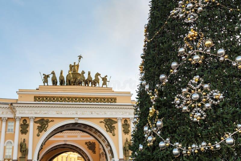 Árvore de Natal no quadrado do palácio perto do arco triunfal da construção do estado maior geral St Petersburg, Rússia imagem de stock royalty free