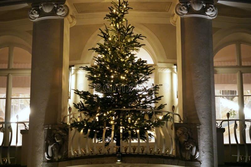 Árvore de Natal numa sacada de Kurssal em Merano, Itália imagens de stock
