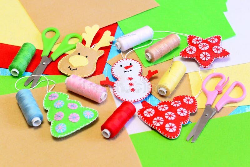 A árvore de Natal ornaments diy A árvore de Natal de feltro, estrela, boneco de neve, rena diy, coloriu a linha, feltro cobre, ag imagem de stock royalty free
