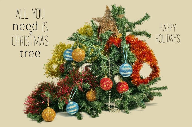 A árvore de Natal quebrada e text tudo que você precisa é uma árvore de Natal imagem de stock