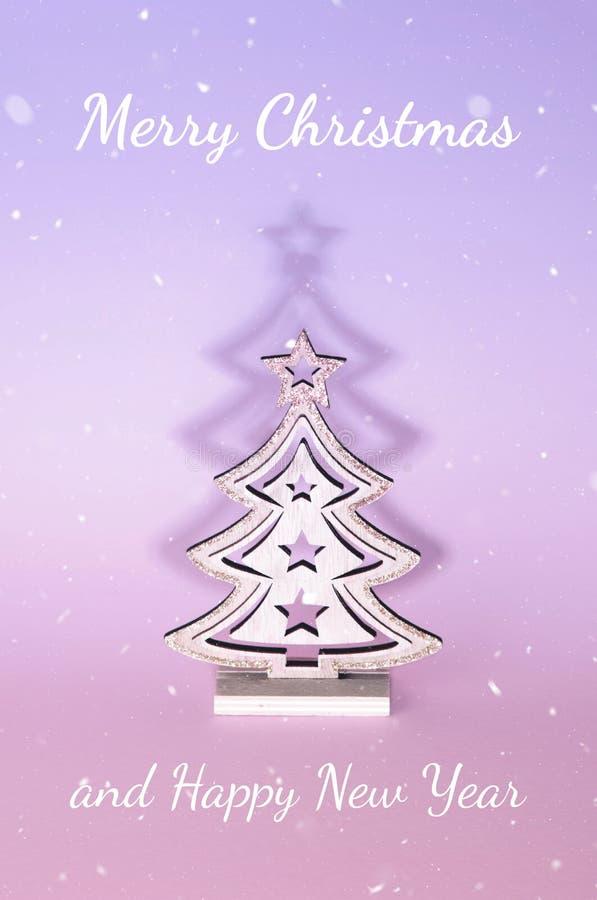 Árvore de Natal sobre o fundo cor-de-rosa fotos de stock royalty free