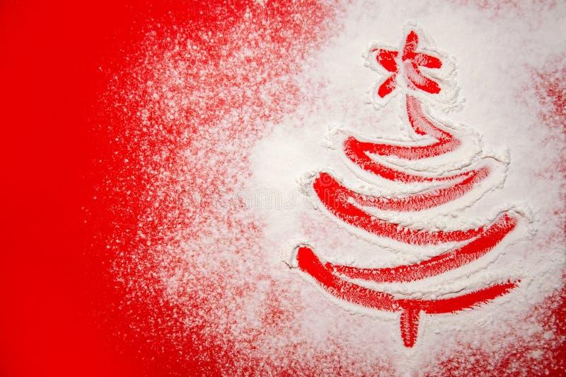 Árvore de Natal tirada na farinha dispersada no fundo vermelho Conceito mínimo do feriado fotografia de stock royalty free