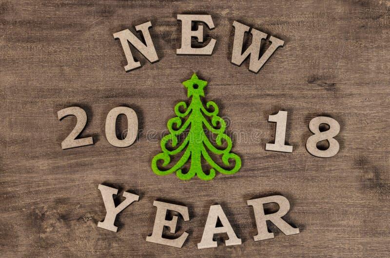 Árvore de Natal verde e ano novo do sinal da letra de madeira fotografia de stock