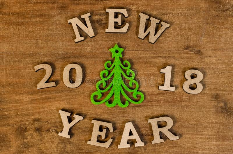 Árvore de Natal verde e ano novo do sinal da letra de madeira foto de stock royalty free