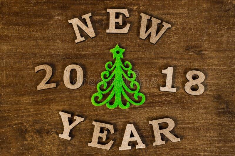 Árvore de Natal verde e ano novo do sinal da letra de madeira fotografia de stock royalty free