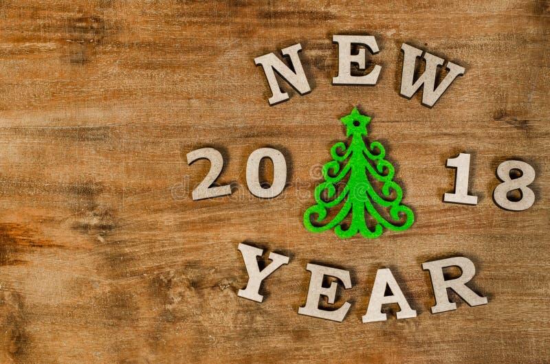 Árvore de Natal verde e ano novo do sinal da letra de madeira fotos de stock royalty free