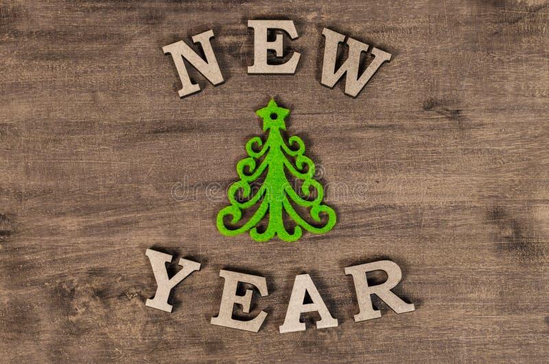 Árvore de Natal verde e ano novo do sinal da letra de madeira imagens de stock royalty free