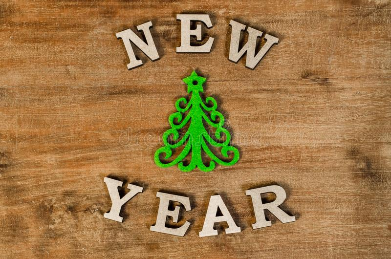 Árvore de Natal verde e ano novo do sinal da letra de madeira imagem de stock royalty free