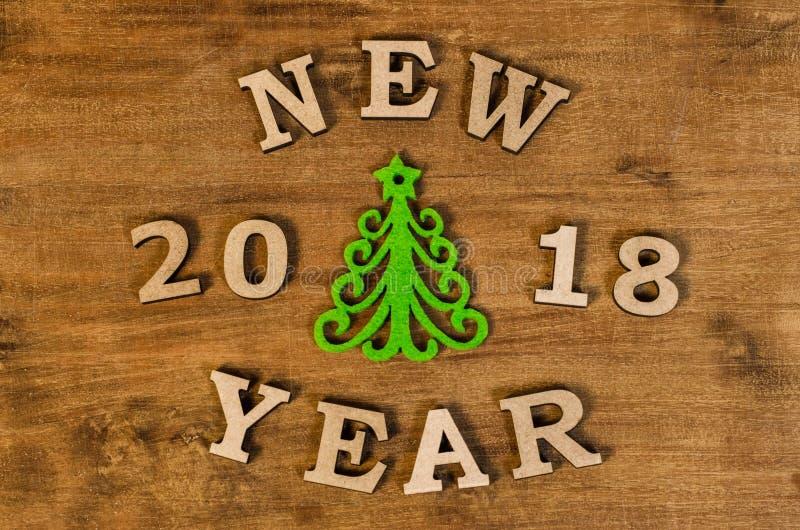 Árvore de Natal verde e ano novo do sinal da letra de madeira foto de stock