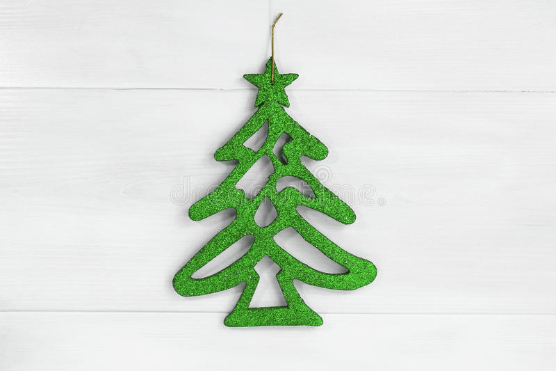 Árvore de Natal verde no fundo de madeira branco imagens de stock royalty free