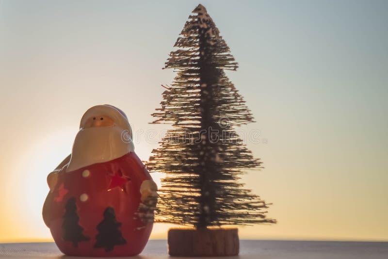 Árvore de Papai Noel e de Natal imagem de stock