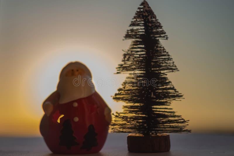 Árvore de Papai Noel e de Natal imagens de stock royalty free