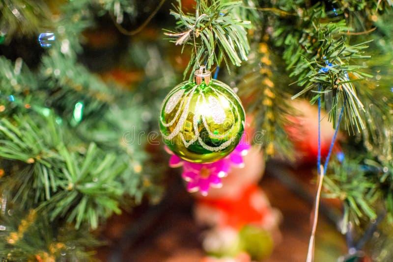 Árvore do ano novo das decorações Ouropel e brinquedos, bolas e outras decorações na posição da árvore de Natal do Natal no fotos de stock