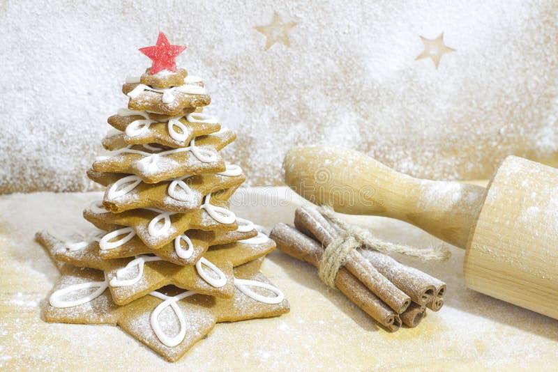 Árvore do pão-de-espécie no cozimento do Natal da cozinha fotos de stock