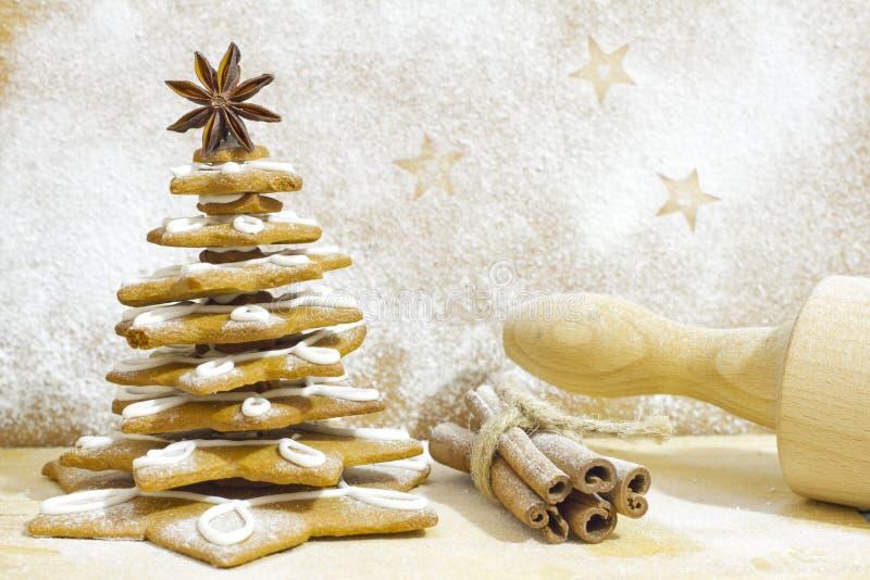 Árvore do pão-de-espécie no cozimento do Natal da cozinha imagens de stock royalty free