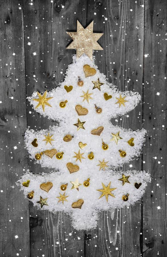 Árvore do White Christmas da neve decorada com miniaturas douradas imagens de stock royalty free