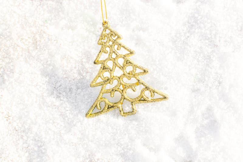 Árvore do xmas do ouro das decorações do Natal em exterior à terra da neve foto de stock royalty free